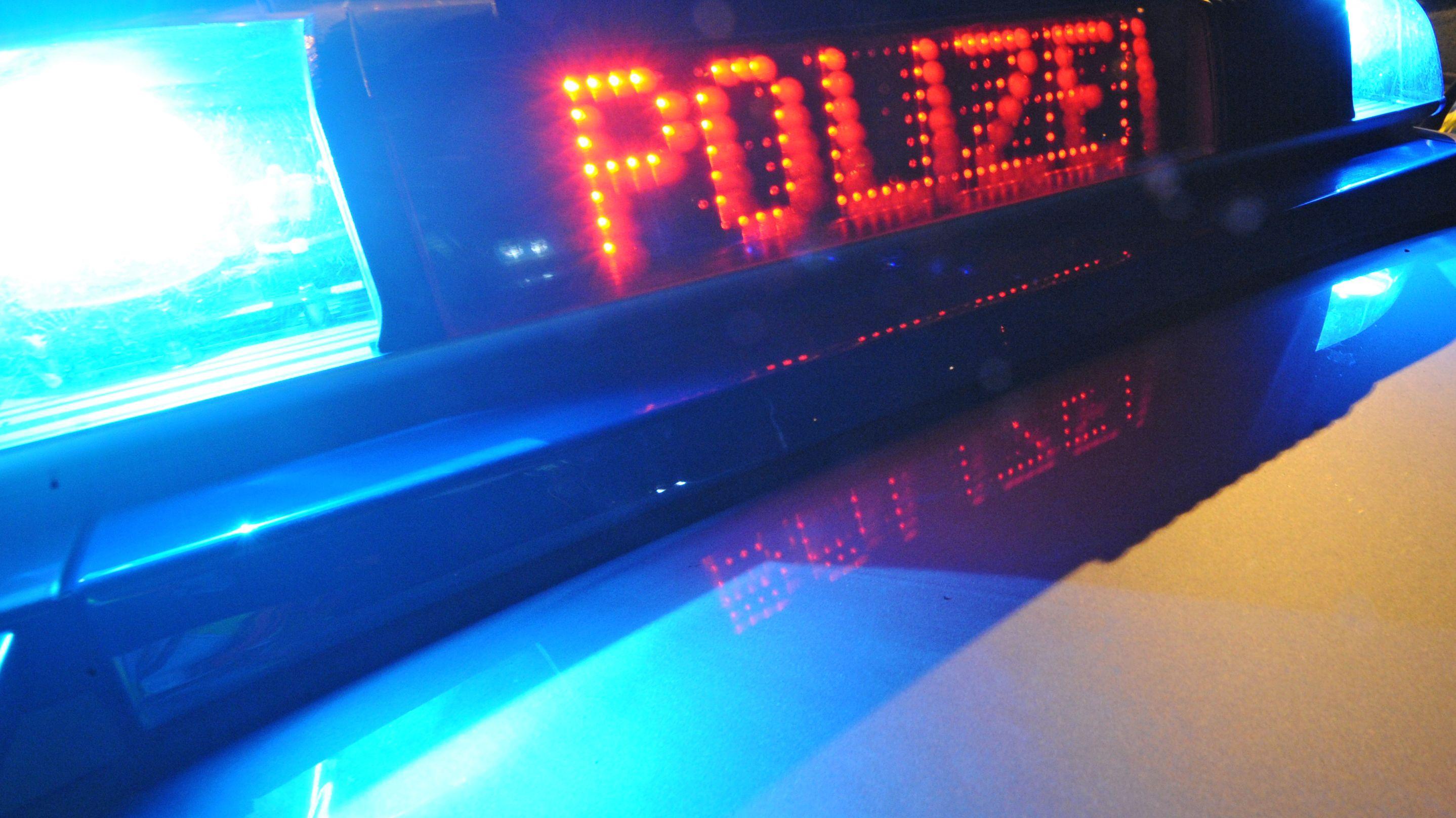 Blaulicht auf Streifenwagen der Polizei (Archivbild)