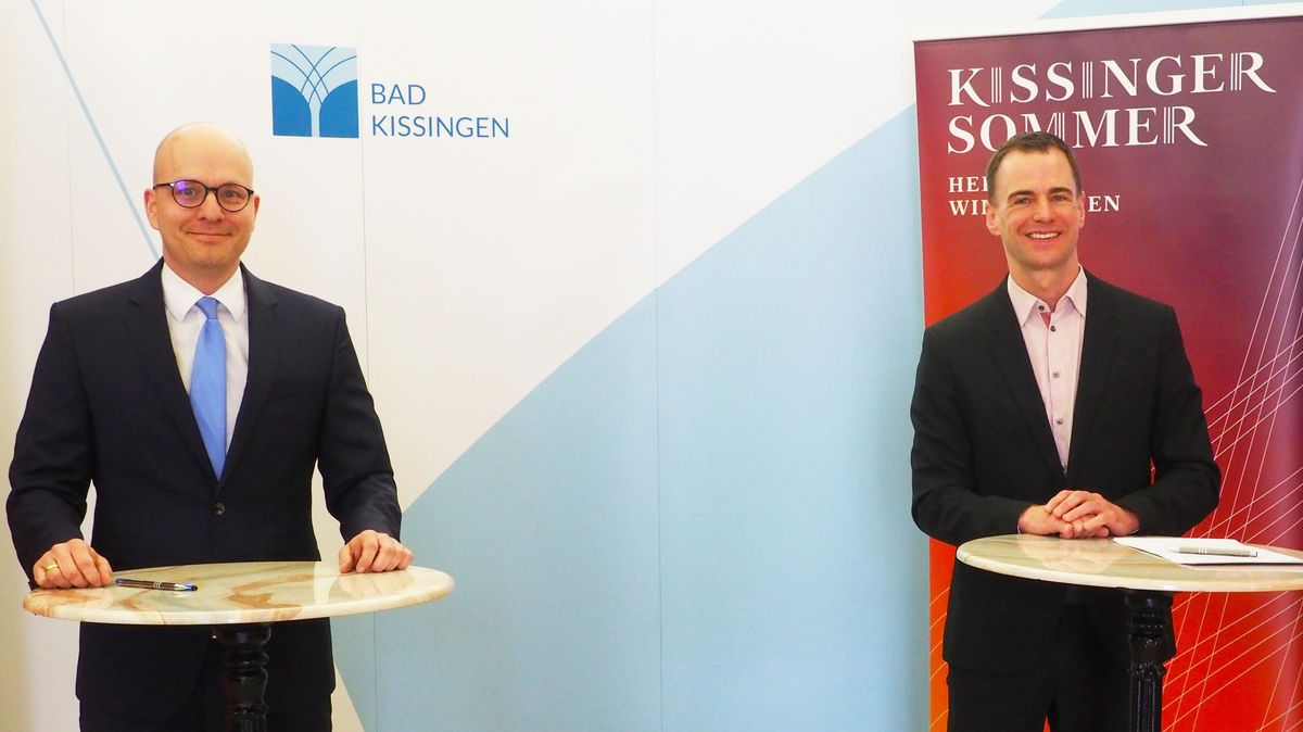 Vertragsunterzeichnung im Bad Kissinger Rathaus mit Oberbürgermeister Dirk Vogel (li.) und dem neuen Intendanten Alexander Steinbeis (re.)