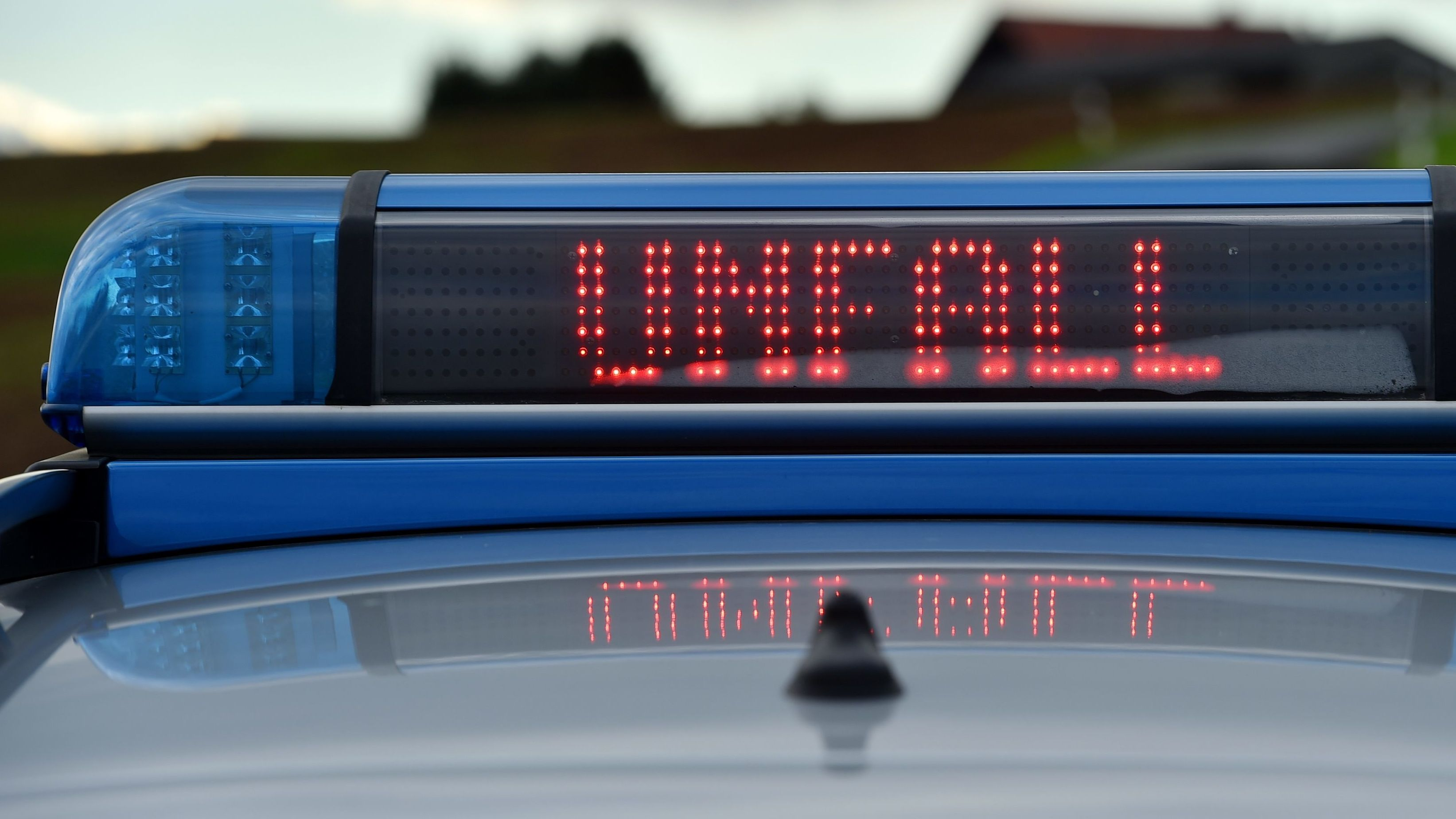 Polizeifahrzeug mit Unfallwarnung