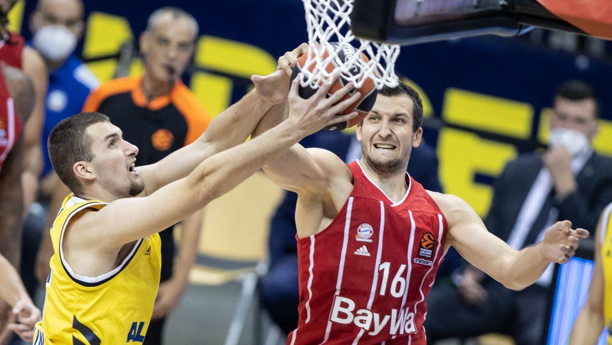Basketball, Spielszene: Kresimir Nikic von Alba Berlin (links) kämpft mit Paul Zipser vom FC Bayern München Basketball.