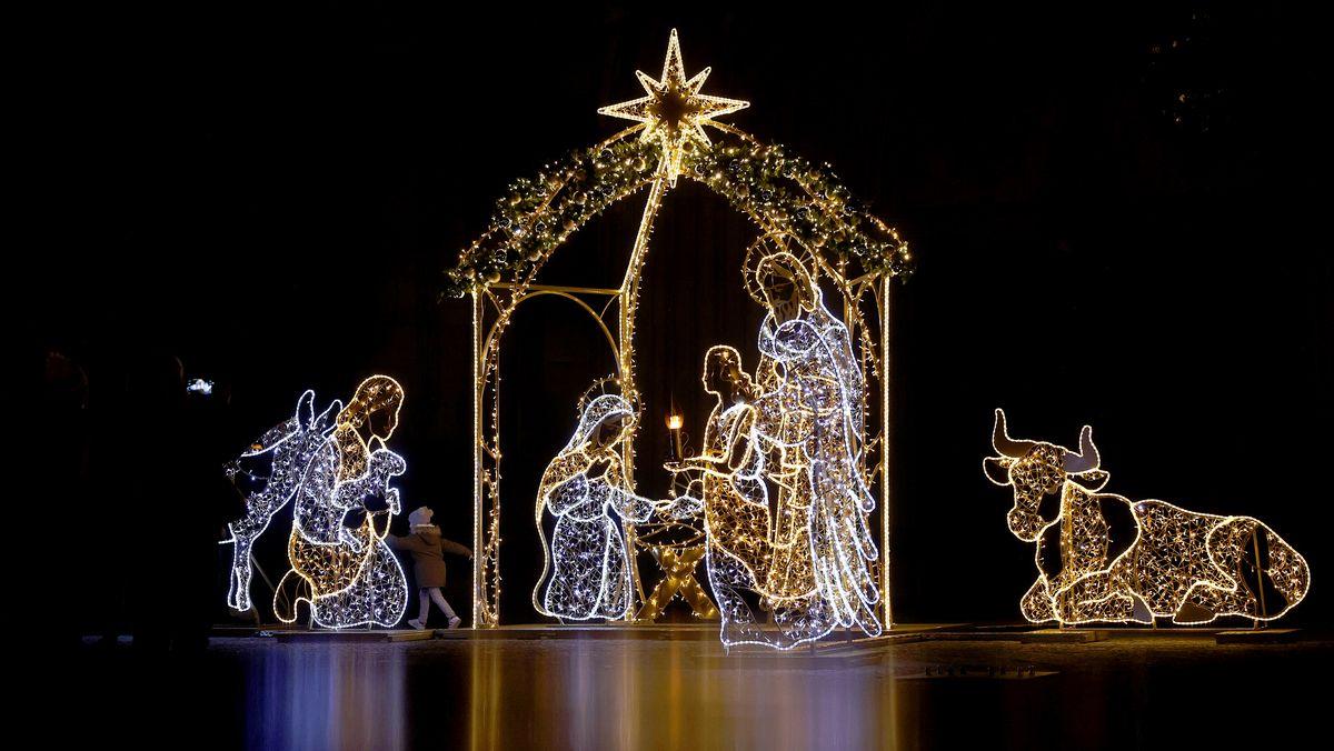 Eine Installation mit Lichtfiguren in Gestalt der Weihnachtskrippe.