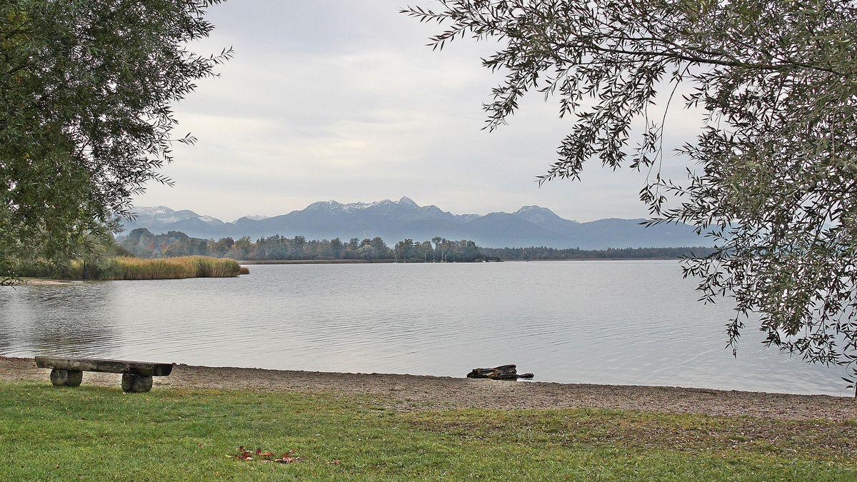 Der Simssee mit Bergpanorama im Hintergrund