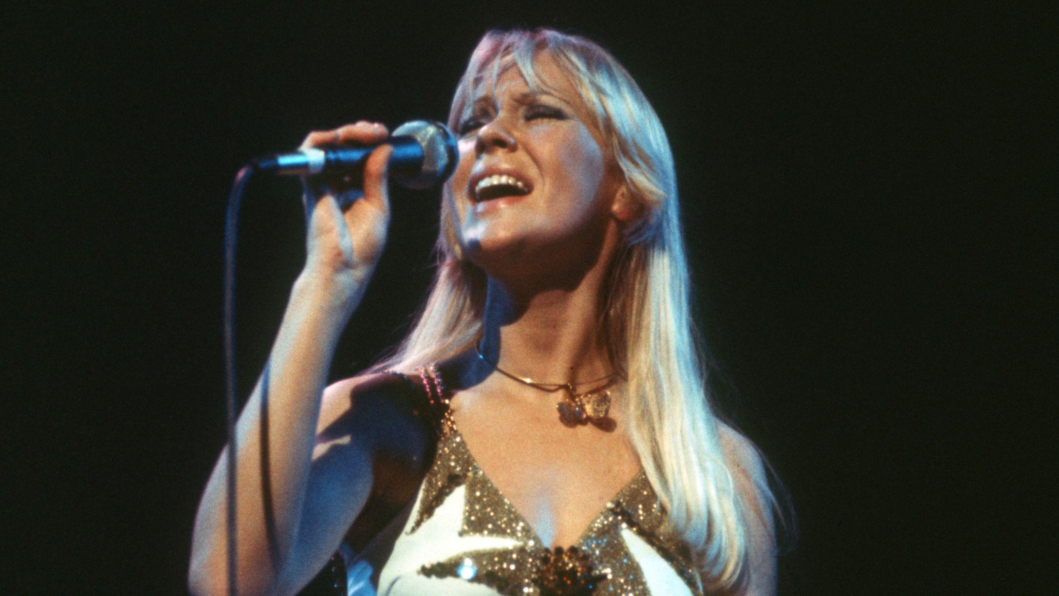 Agnetha Fältskog von der schwedischen Popgruppe Abba, aufgenommen bei einem Konzert der Band am 02.02.1977 in der Deutschlandhalle in Berlin im Rahmen ihrer Deutschland-Tournee.