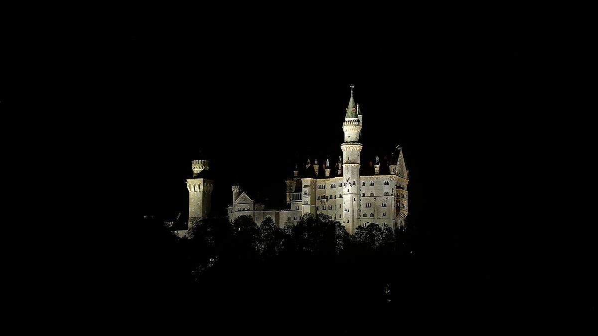 Gedämpfte Beleuchtung für das Schloss Neuschwanstein.