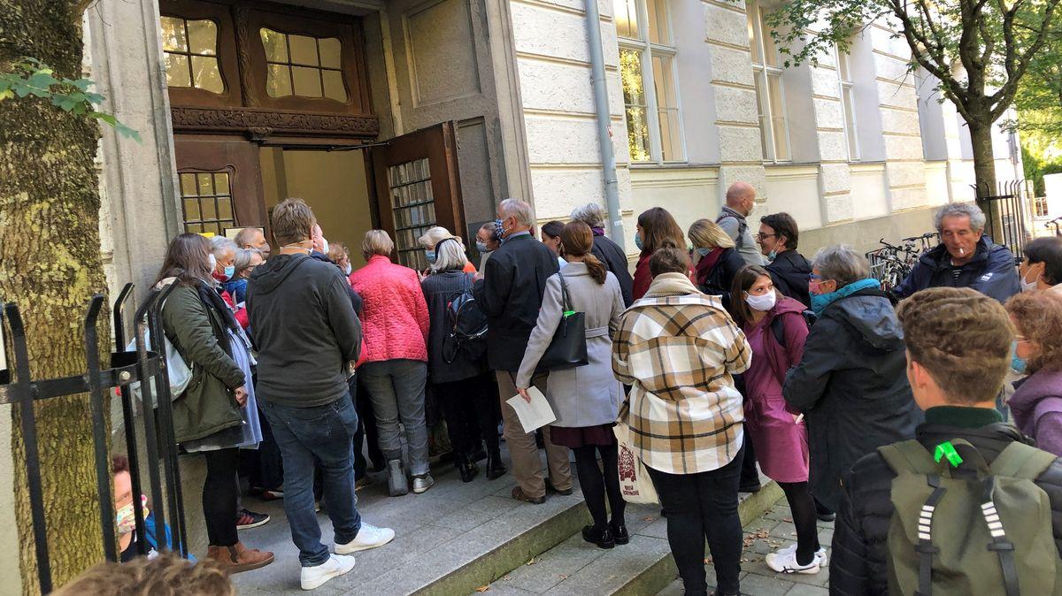 Wartende Menschen vor dem Gerichtsgebäude in Regensburg