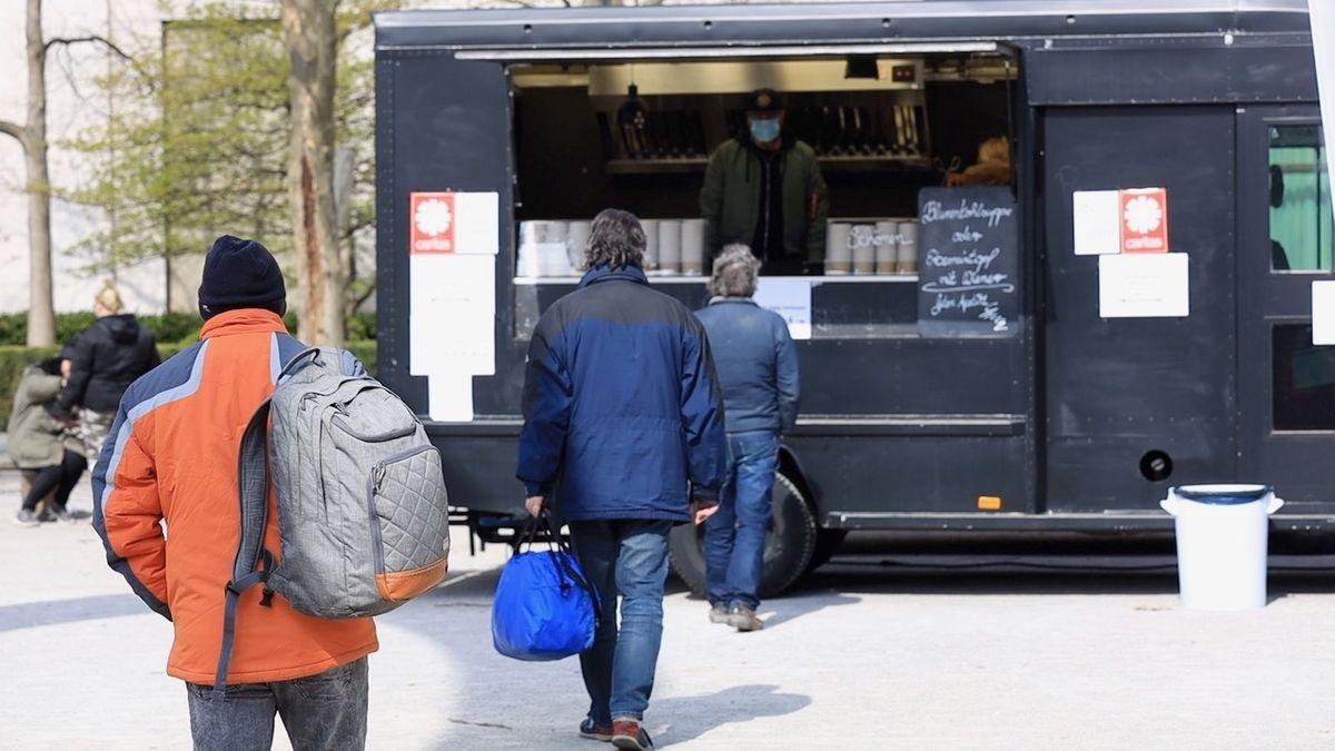 Beim Foodtruck in der Nähe des Münchner Hauptbahnhofs bekommen Menschen in Not kostenlos eine warme Suppe.