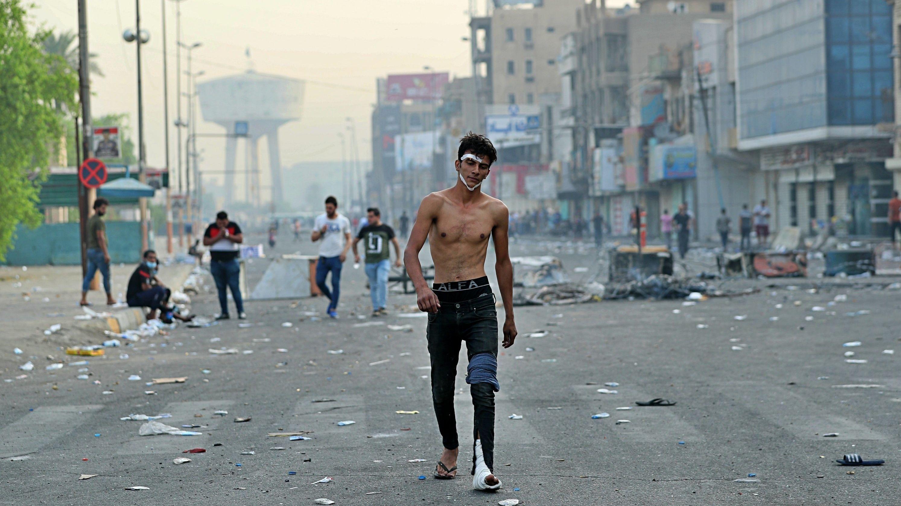 Ein verletzter Mann geht zum TahrirSquare in Bagdad, um sich den regierungsfeindlichen Demonstranten im Zentrum der Hauptstadt anzuschließen, die gegen Korruption und politischen Stillstand demonstrieren.