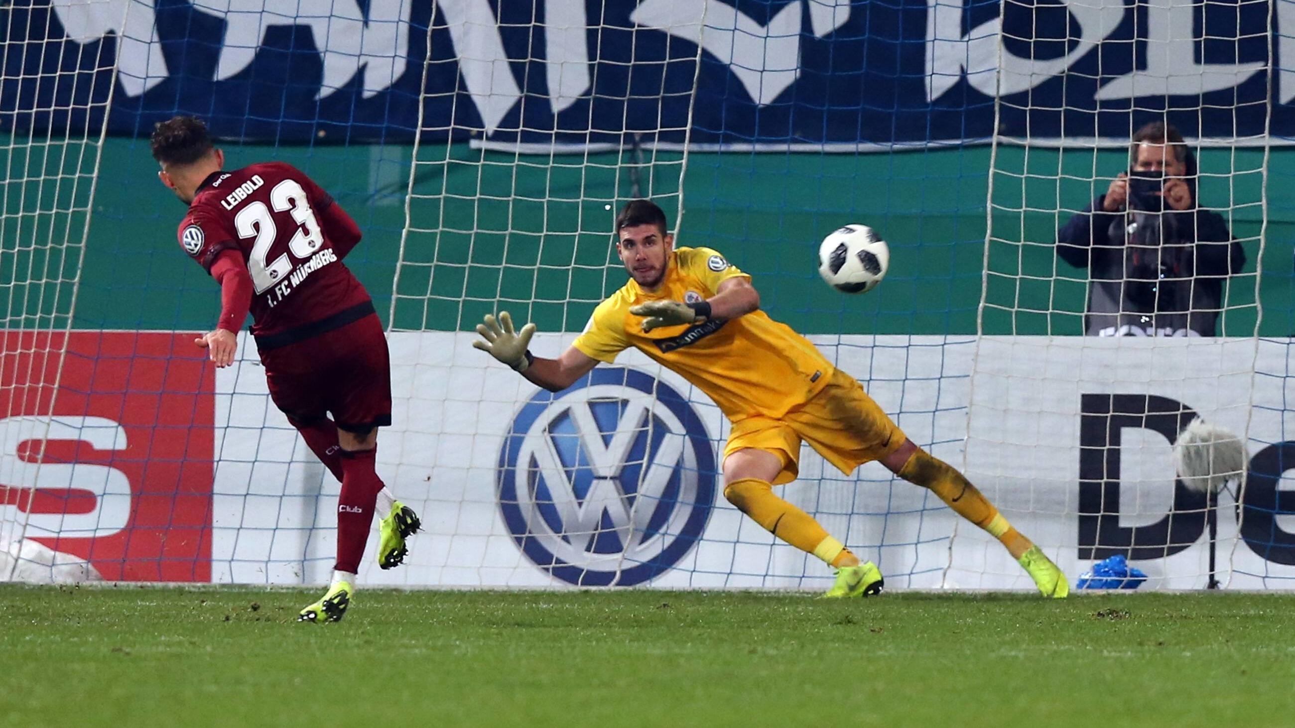 Nürnbergs Tim Leipold schießt einen Elfmeter im Pokalspiel gegen Hansa Rostock