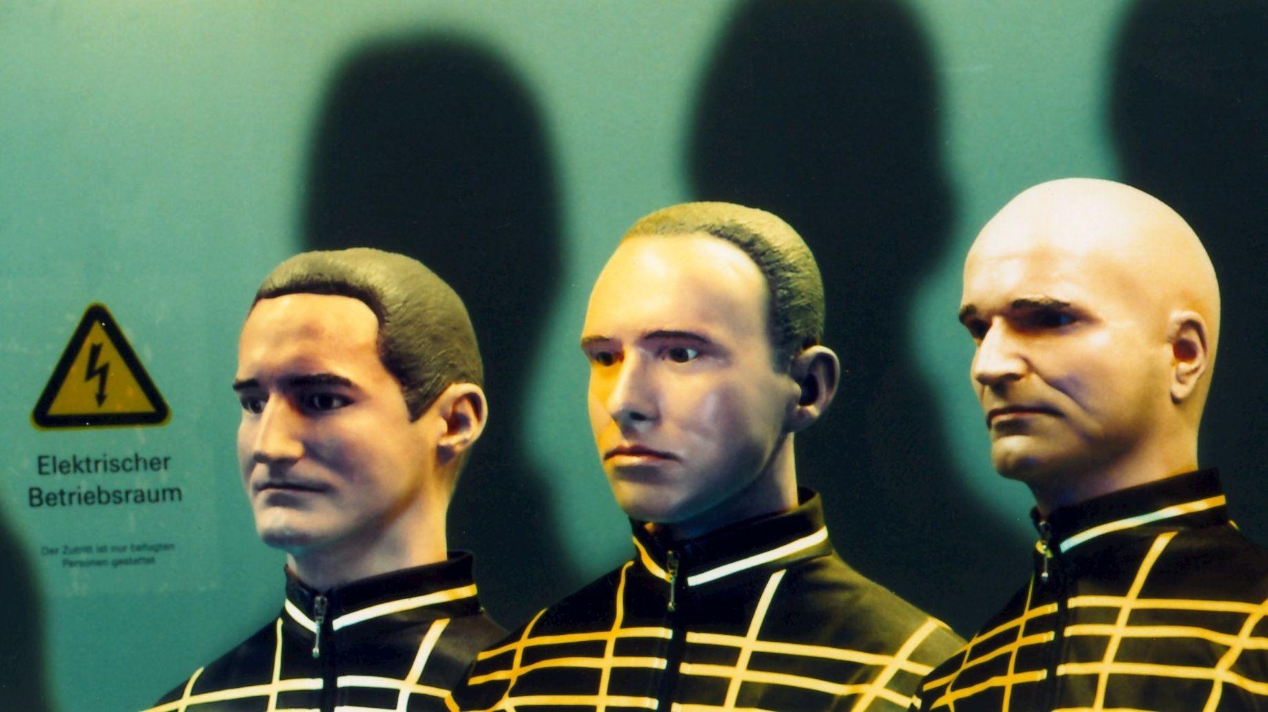 Elegant und markant, selbst in Puppengestalt: Florian Schneider-Esleben (ganz rechts) und zwei weitere Kraftwerk-Mitglieder als Bühnenfiguren