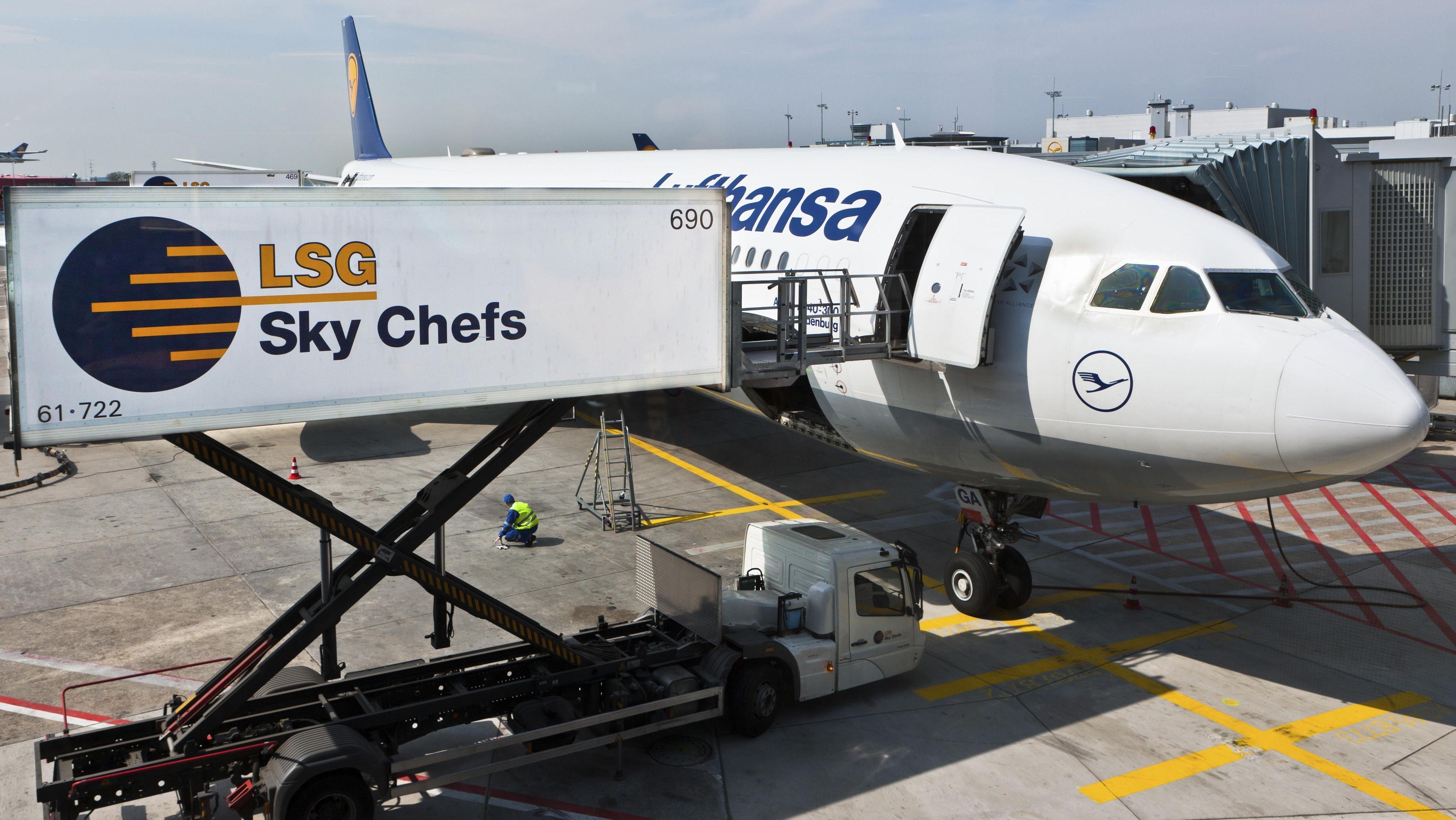Der Catering-Service Sky Chefs befüllt eine Lufthansa-Maschine