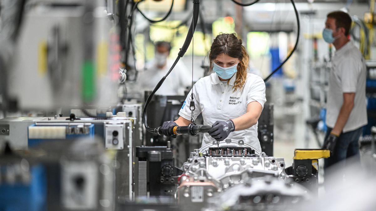 Eine Monteurin arbeitet im Werk zwei des Automobilzulieferers ZF Friedrichshafen an einem Getriebe für Lastwagen, das ZF Traxon heißt.