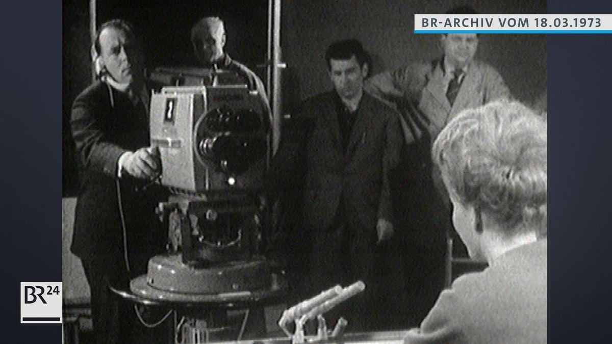 Kameramann im Fernsehstudio filmt Ansagerin