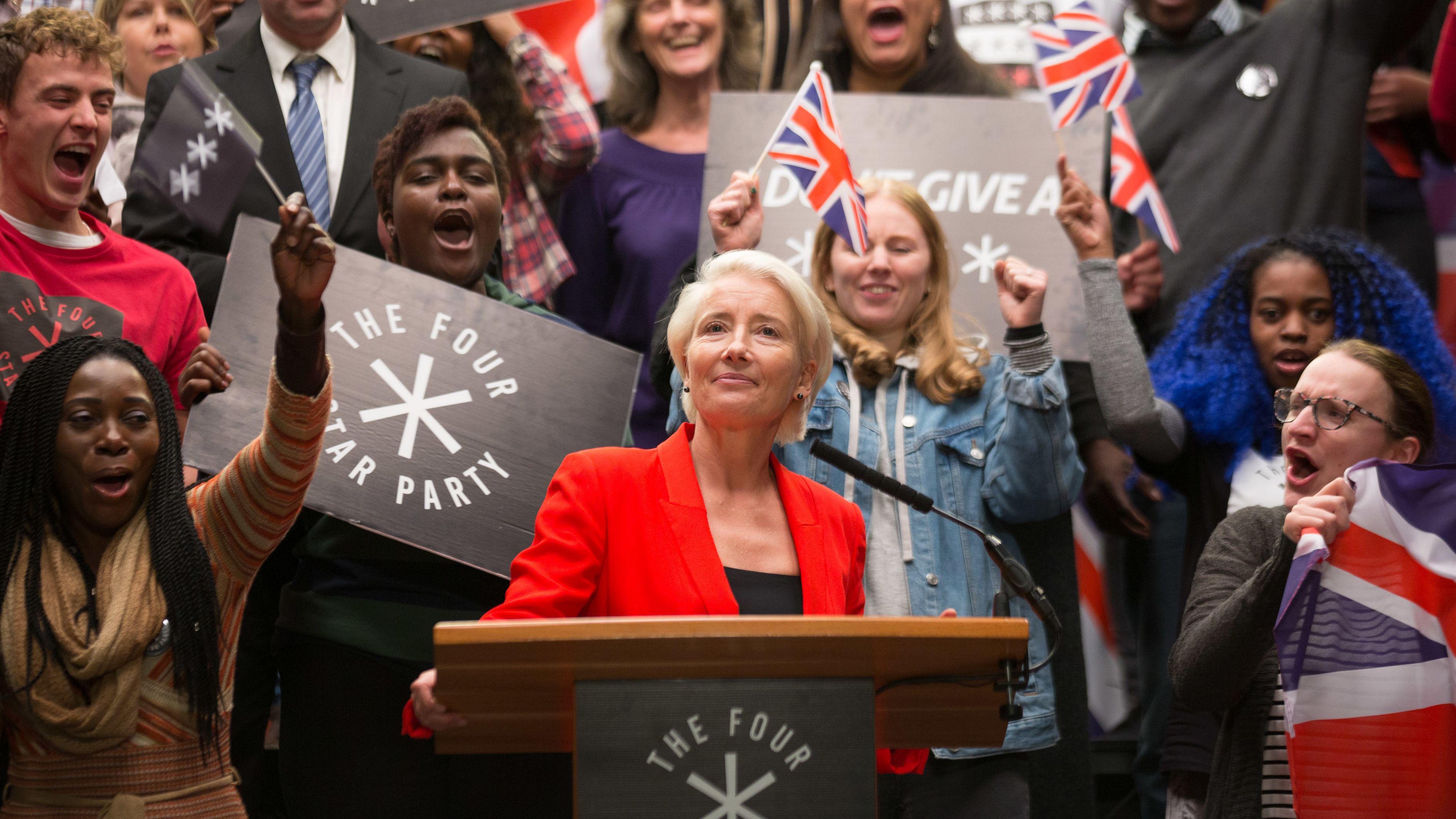 """Die Politikerin Vivienne Rook hält vor ihren Anhängern eine Rede i der Serie """"Years and Years""""."""