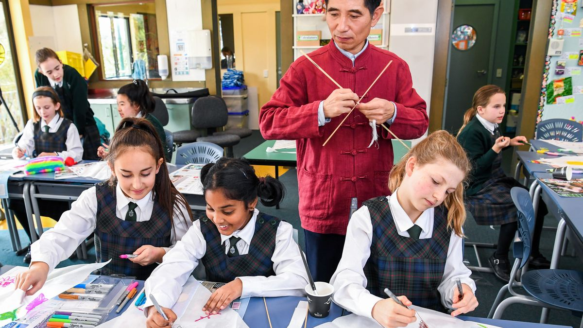 Sechs Schülerinnnen in Uniform in einer neuseeländischen Mittelschule beim Zeichnen