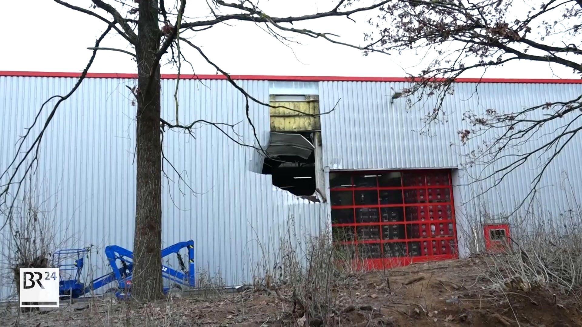 Loch in fünf Metern Höhe in einer Lagerhalle in Ottensoos