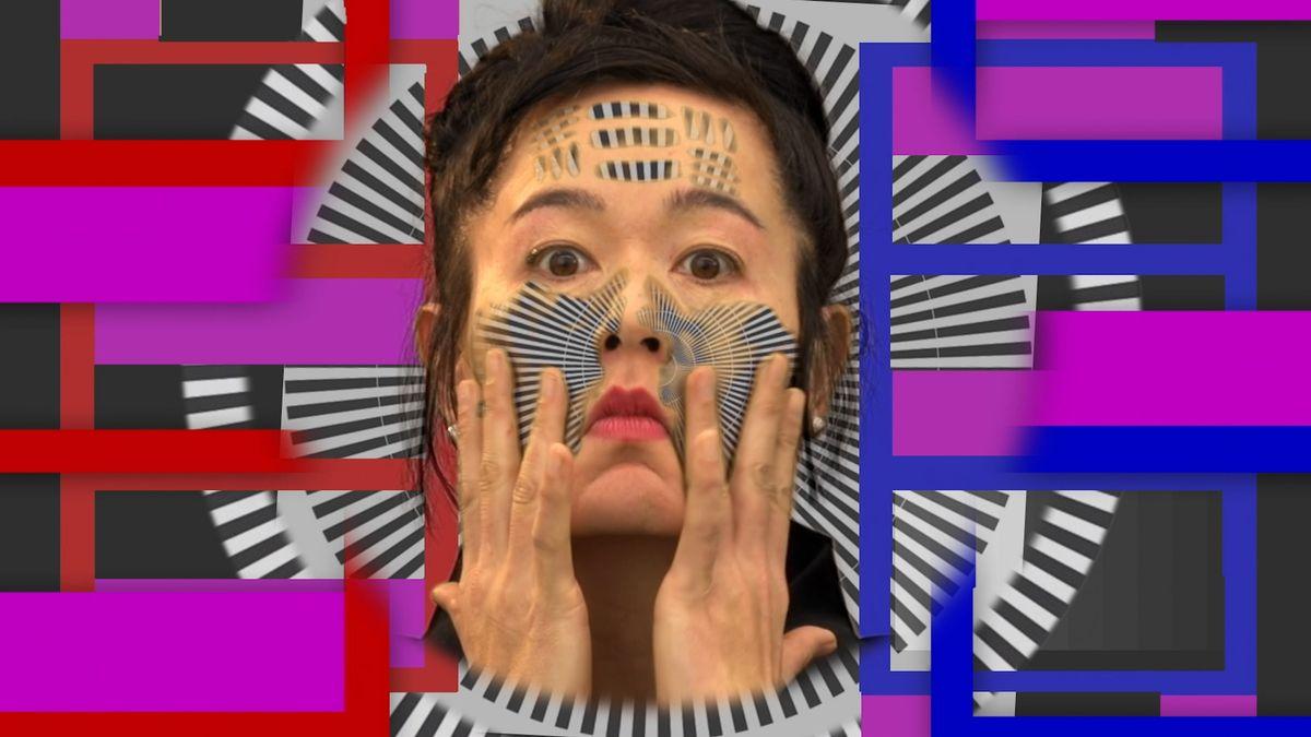 Ein grafisch angemaltes Gesicht einer Frau in ähnlich grafischer Kulisse: Hito Steyerl: How Not to Be Seen´A Fucking Didactic Educational