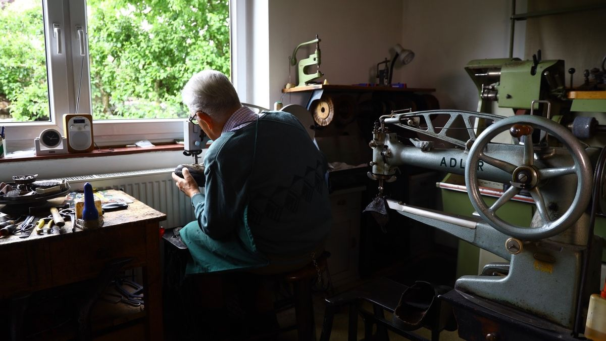 Schuster Josef Brandl in seiner Werkstatt