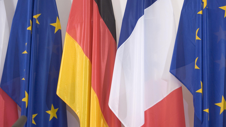 Die deutsche, franzoesische und die europaeische Fahne