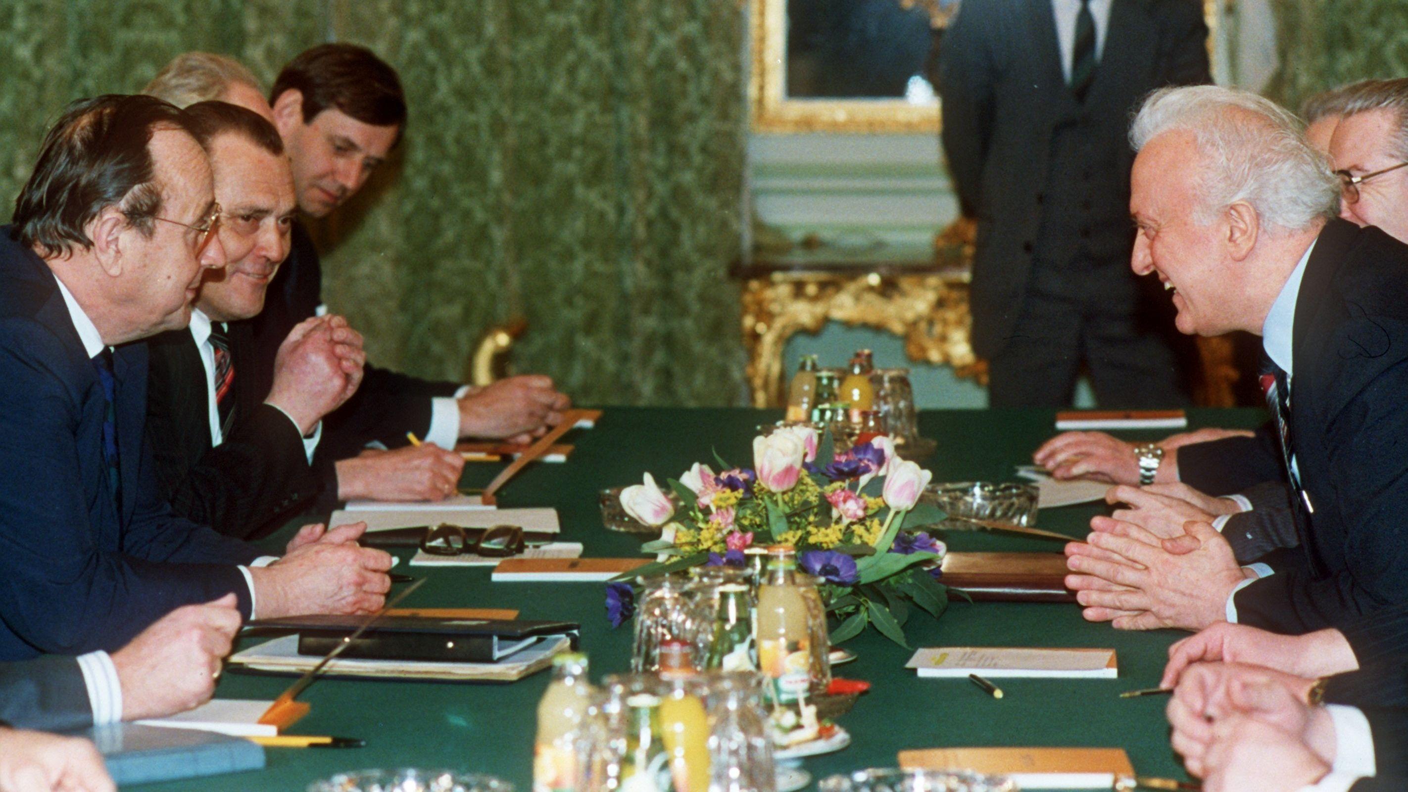 Schewardnadse (r.) mit dem deutschen Außenminister Hans-Dietrich Genscher (links vorne) bei Abrüstungsverhandlungen im Januar 1989 in Paris.