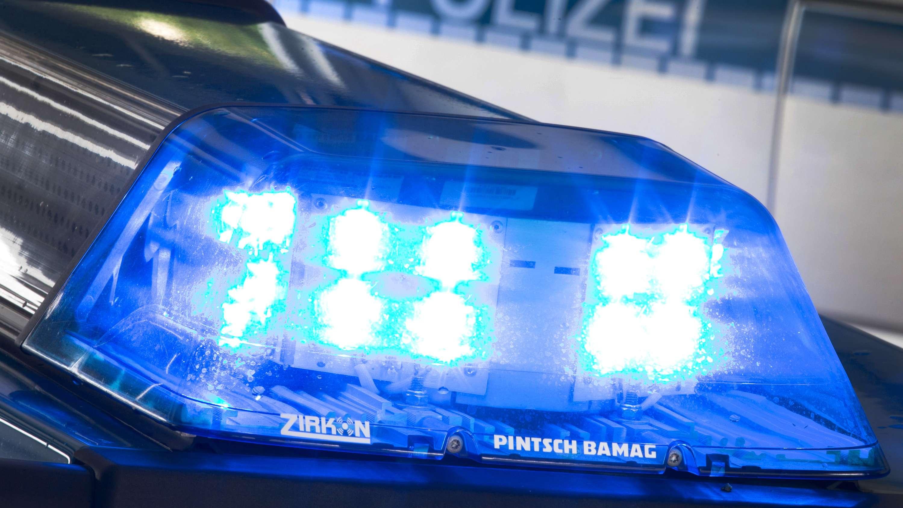 Archivbild: Ein Blaulicht auf dem Dach eines Polizeiwagens.