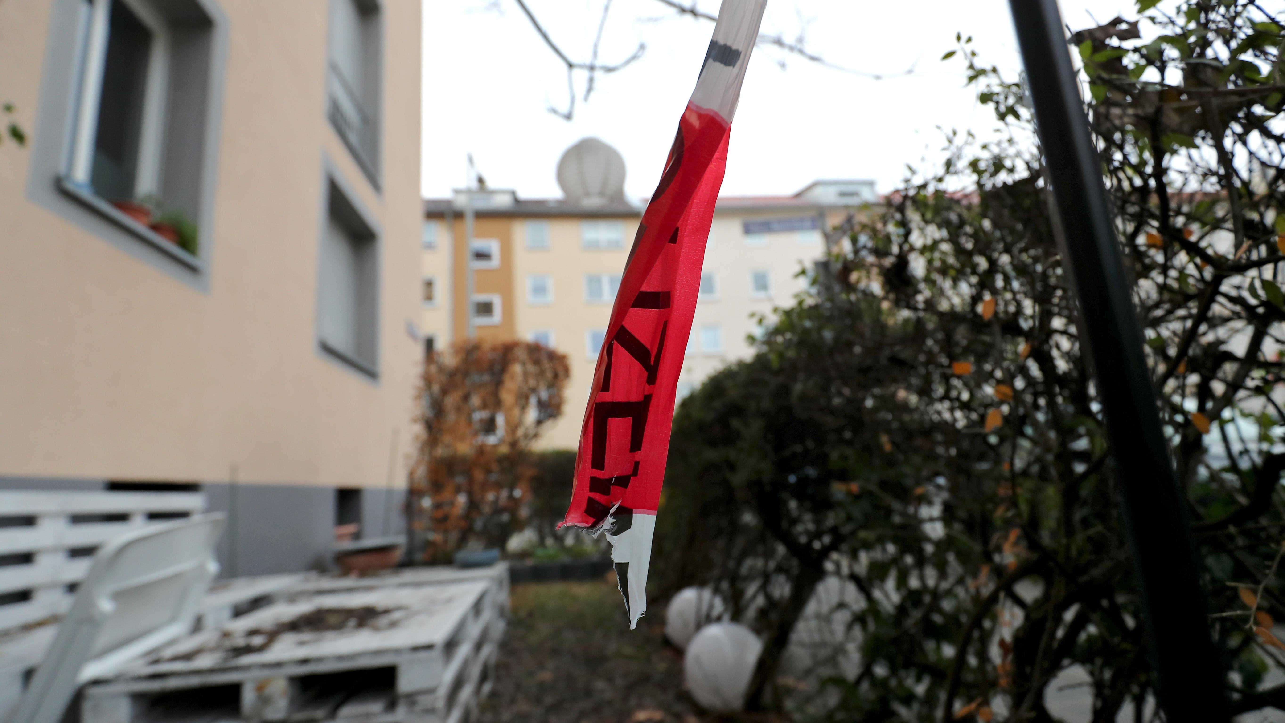Ein Stück Polizei-Absperrband hängt an einem Tatort im Nürnberger Stadtteil St. Johannis.