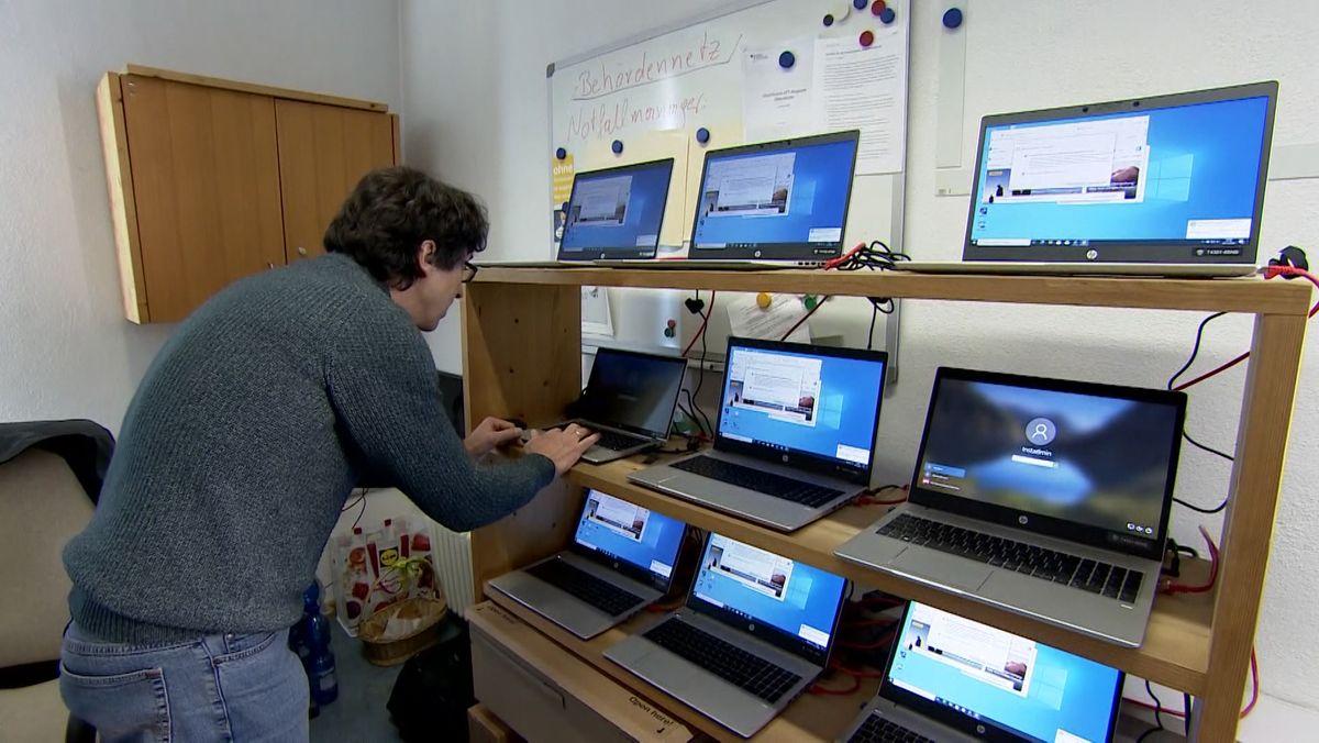 Miesbach setzt auf Homeoffice: Ein Mitarbeiter arbeitet an mehreren Laptops.
