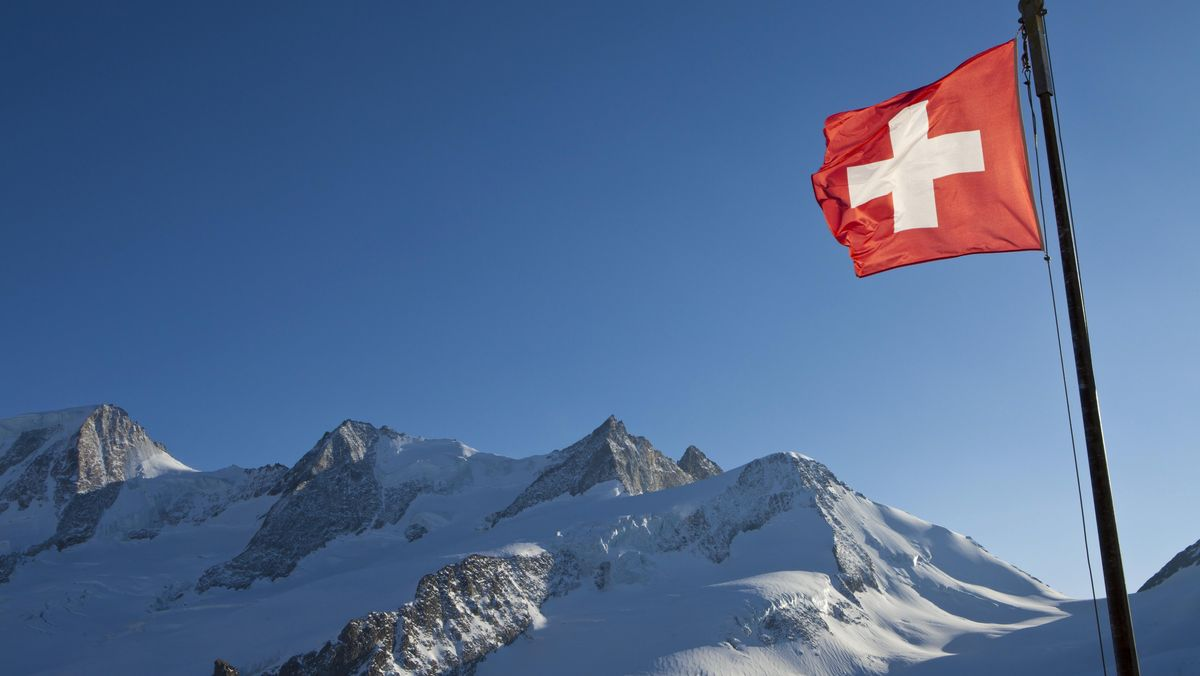 Schweizer Fahne vor Bergen im Wallis