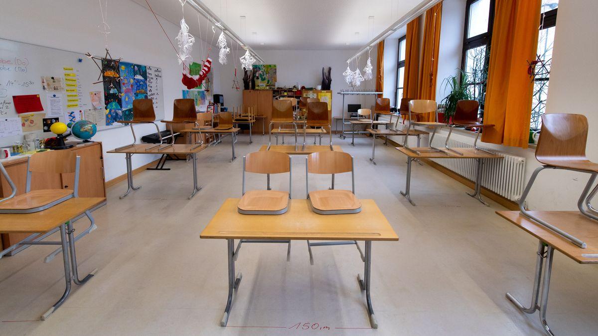 Symbolbild: Menschenleeres Klassenzimmer