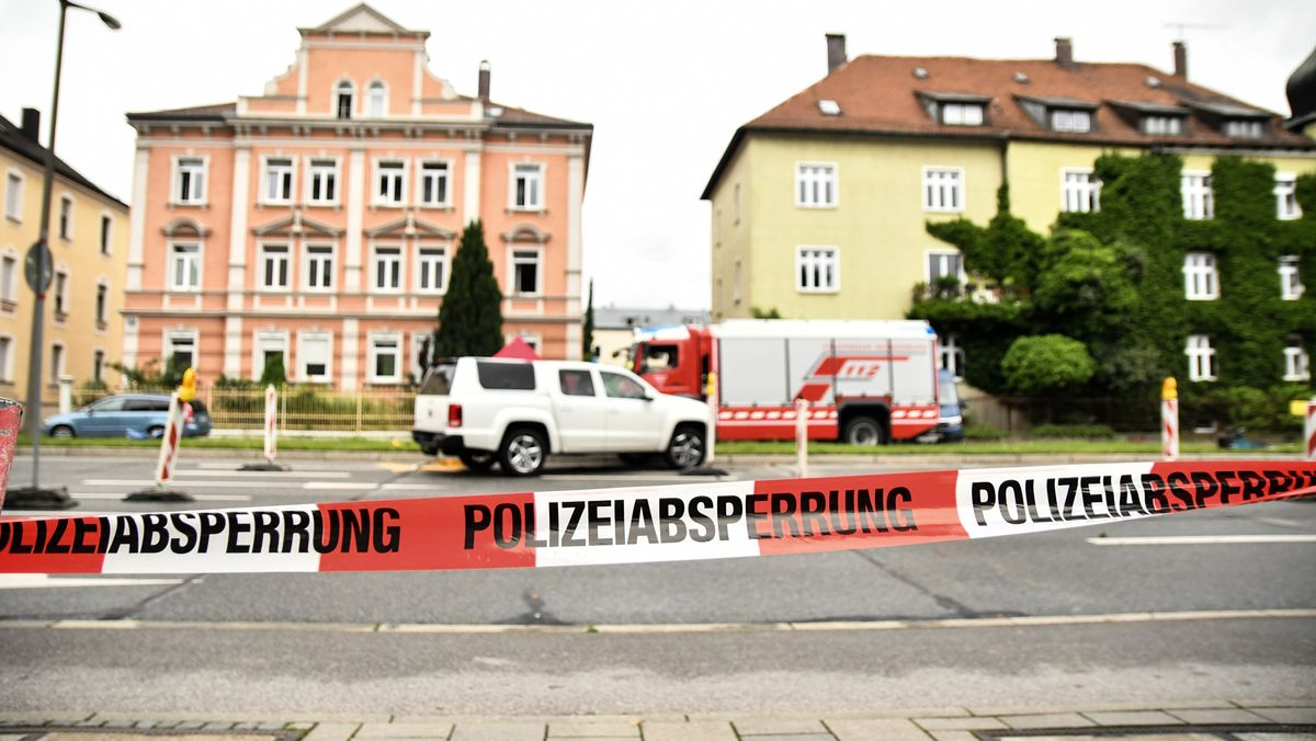Polizei auf der gesperrten Furtmayrstraße in Regensburg, dem Tatort