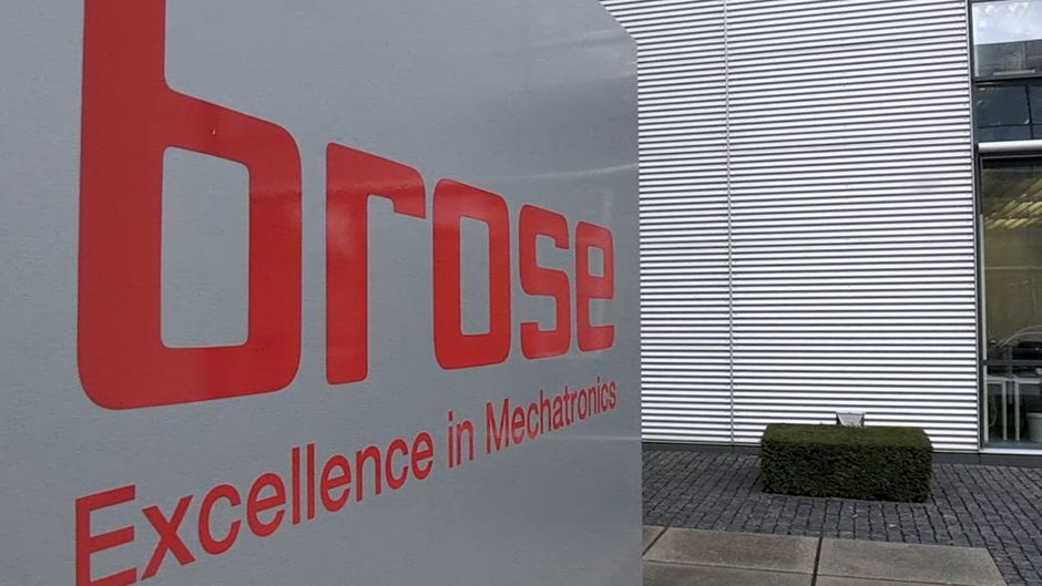 Das Firmenschild des Coburger Unternehmens Brose steht vor einem Gebäude.