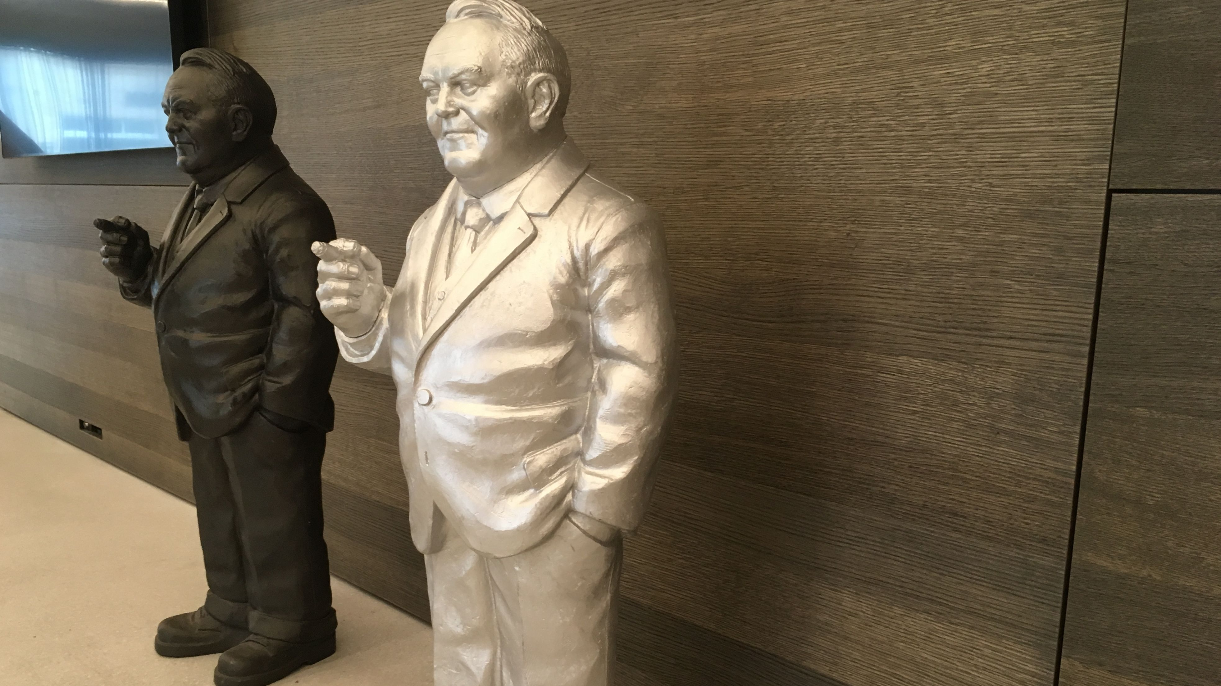 Ludwig-Erhard-Figuren stehen im Foyer des Ludwig-Erhard-Zentrums in Fürth