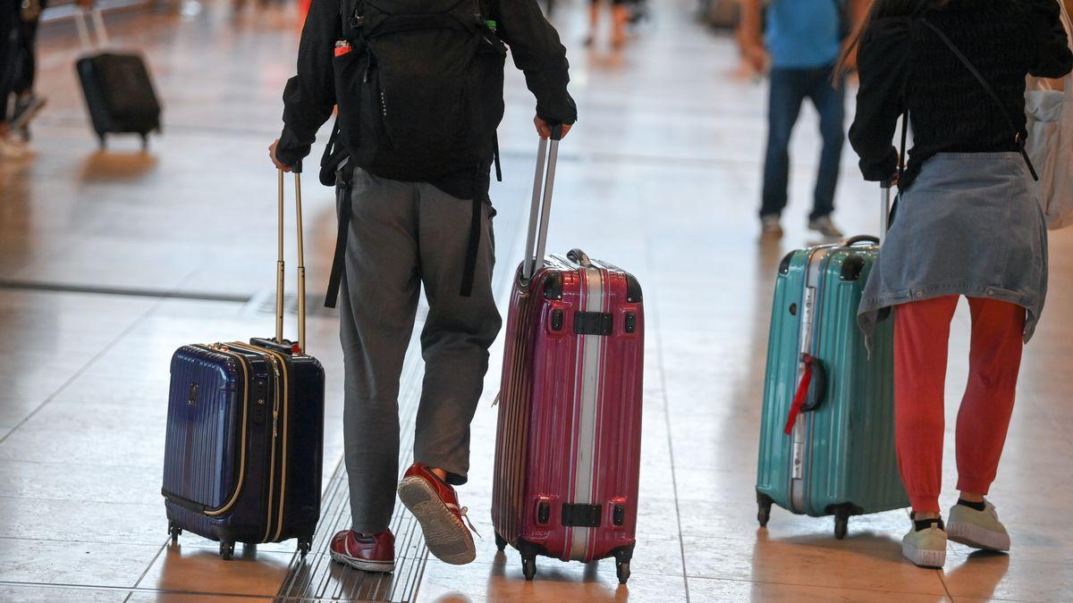 Reisende am Flughafen - die im Ausland erworbenen SARS-CoV-2-Infektionen steigen.