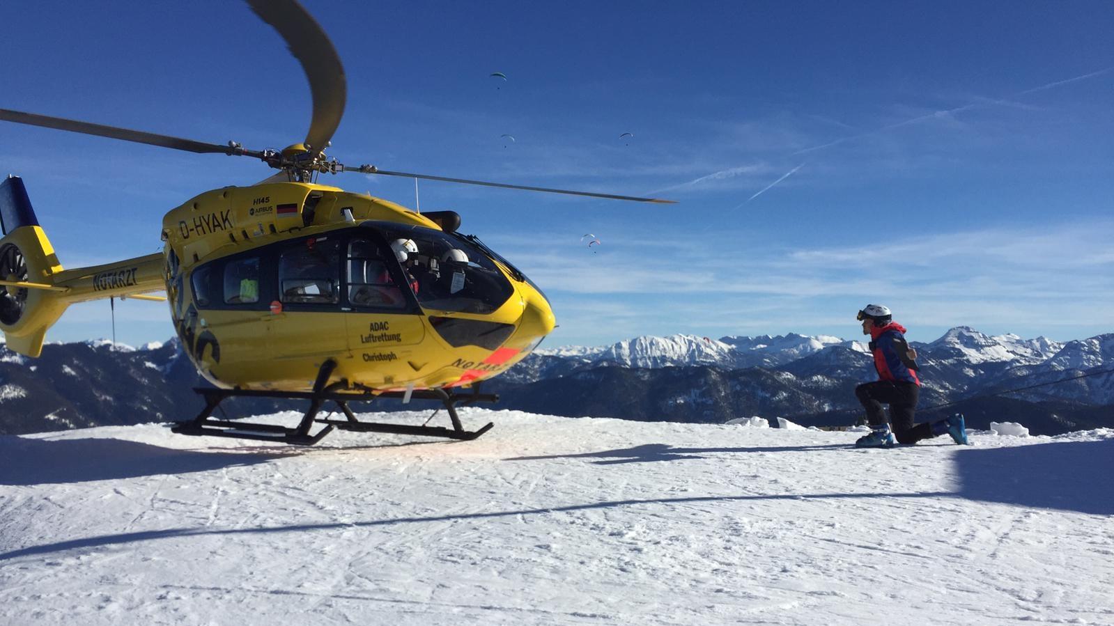 Ein Hubschrauber holt die Lenggrieser Bergretter für einen Einsatz am Schönberg ab