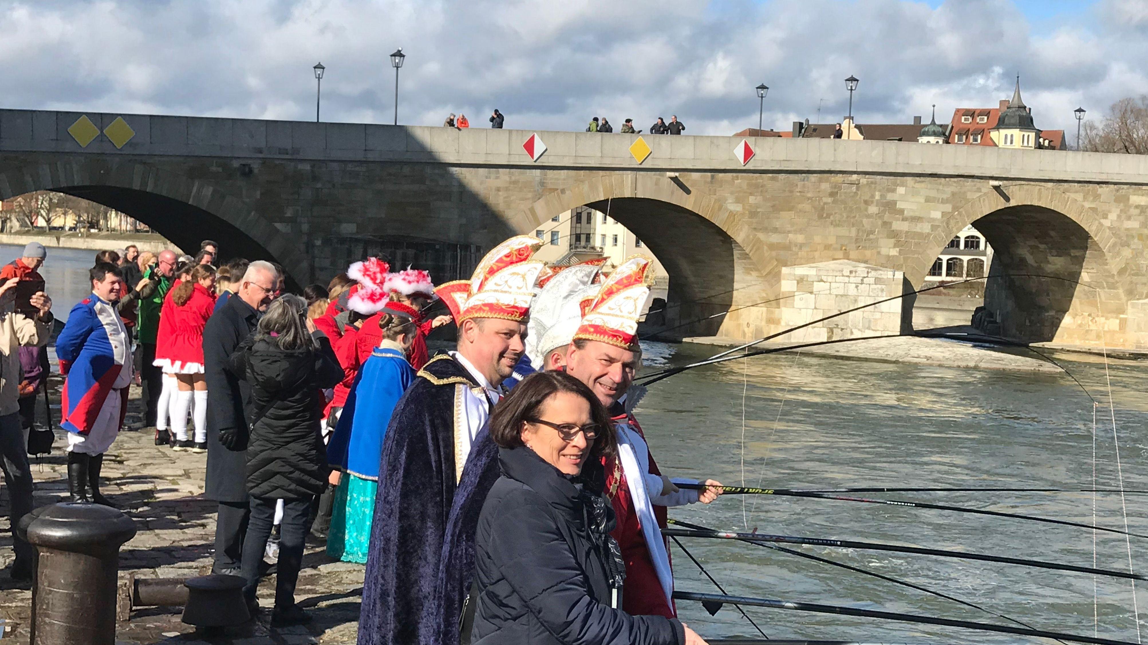 Narragonia Regensburg und Bürgermeisterin Maltz-Schwarzfischer beim traditionellen Geldbeutelwaschen