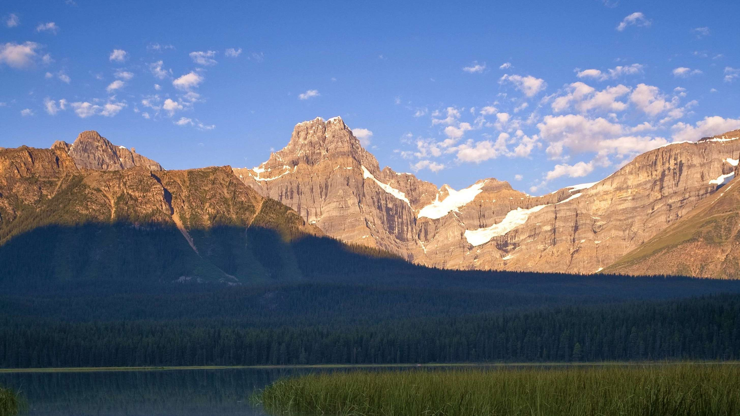 Der Gipfel des Howse-Gipfel über dem Upper Waterfoul Lake im Banff National Park in Alberta, Kanada.