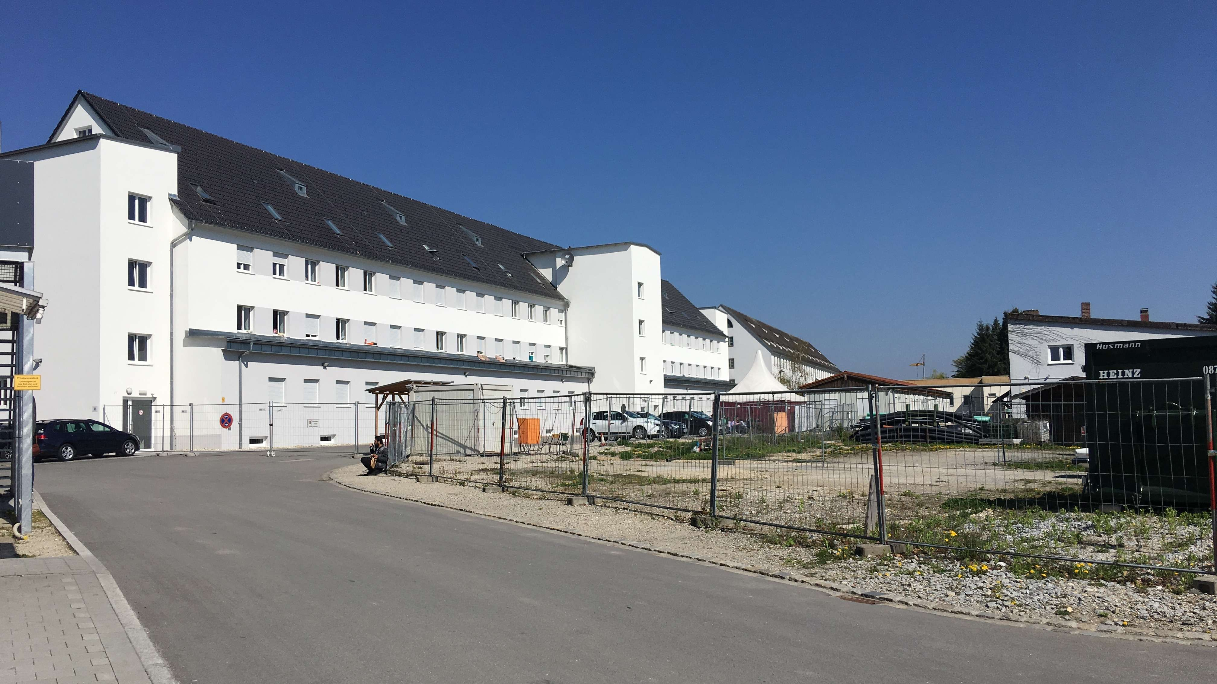 Das Ankerzentrum Deggendorf liegt ganz in der Nähe des Deggendorfer Bahnhofs, 20 Minuten zu Fuß von der Innenstadt entfernt.