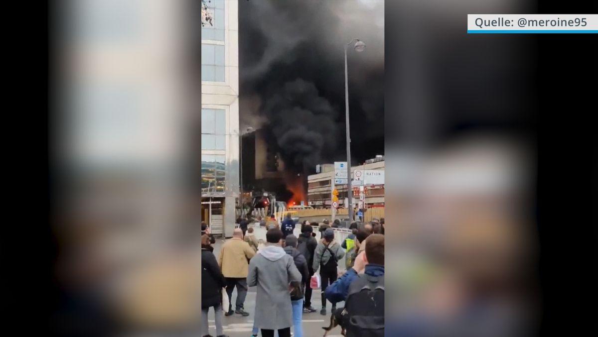 Am Gare de Lyon in Paris waren Flammen und eine riesige Rauchwolke zu sehen.