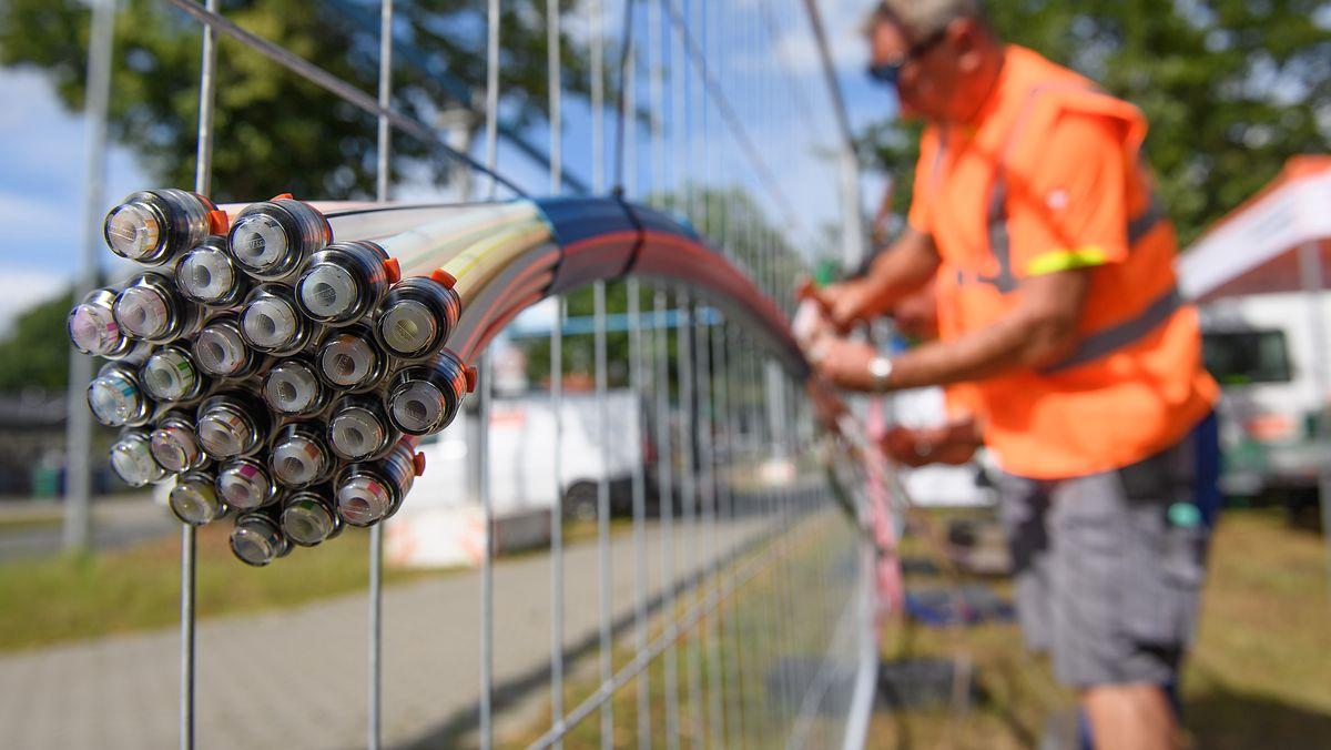 Mitarbeiter verlegt Kabel