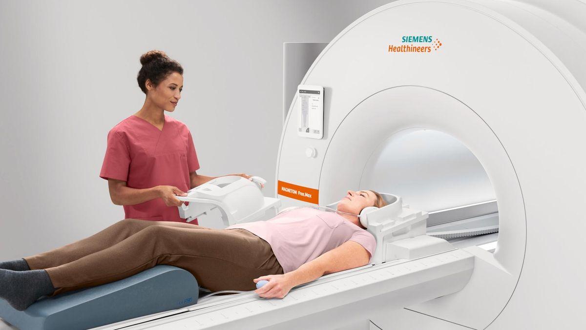 Eine Frau wird in ein MRT geschoben.