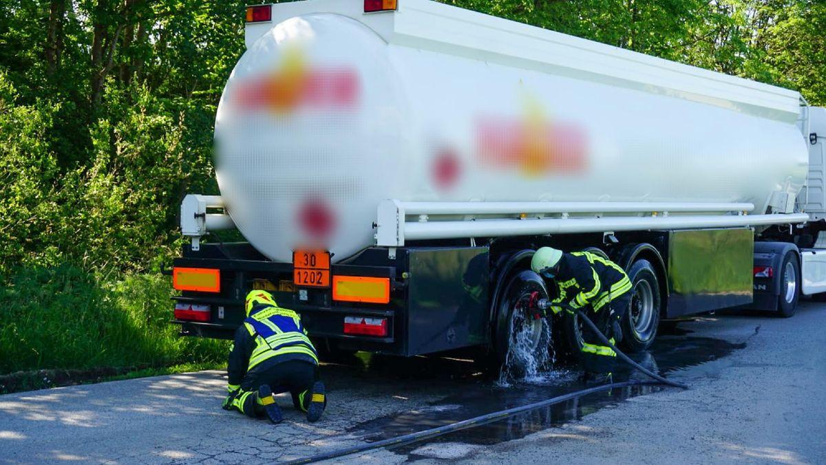 Die Feuerwehr kühlt die Bremse mit einem Wasserschlauch