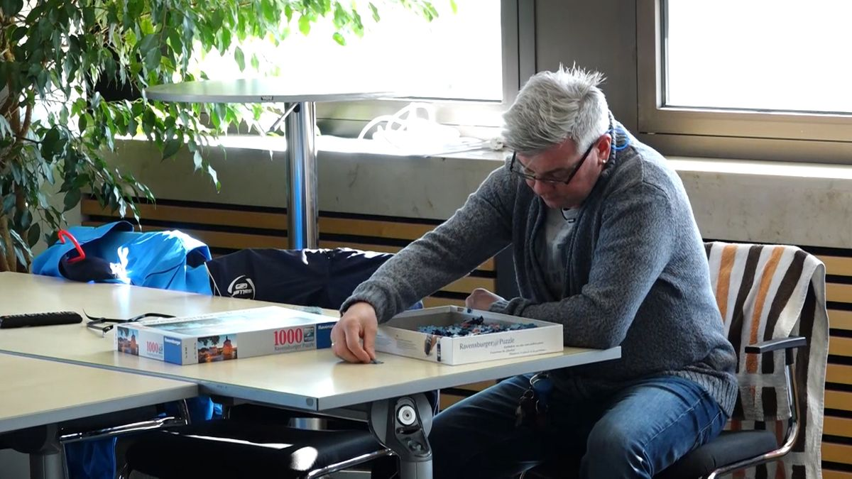 Norbert Eichender beschäftigt sich in der Leitwarte der Stadtwerke Bamberg außerhalb der Arbeitszeit mit einem Puzzle.