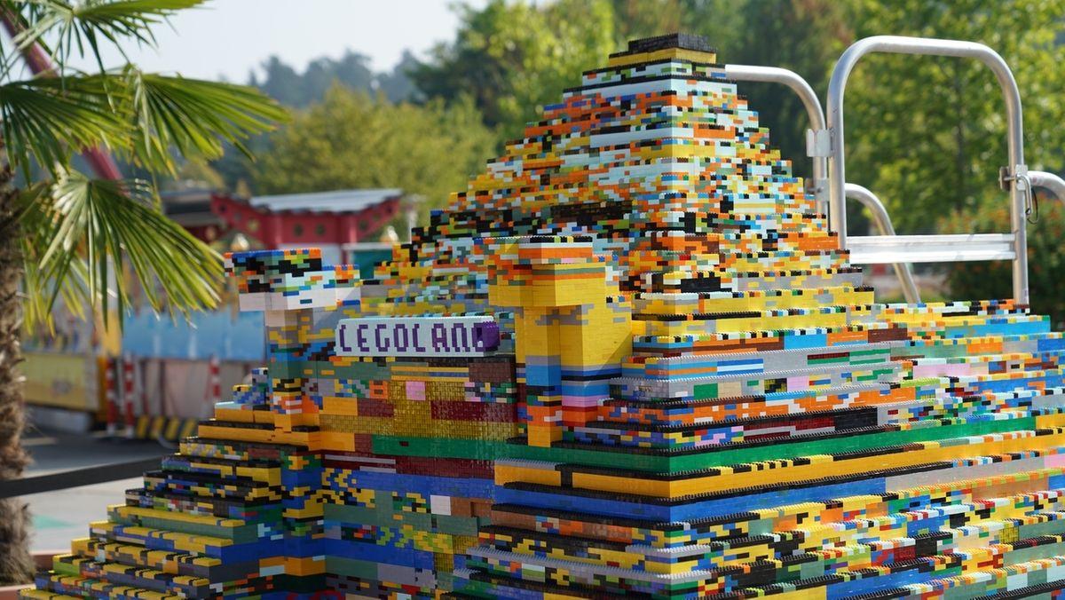 Riesen-Pyramide vor dem Legoland Günzburg