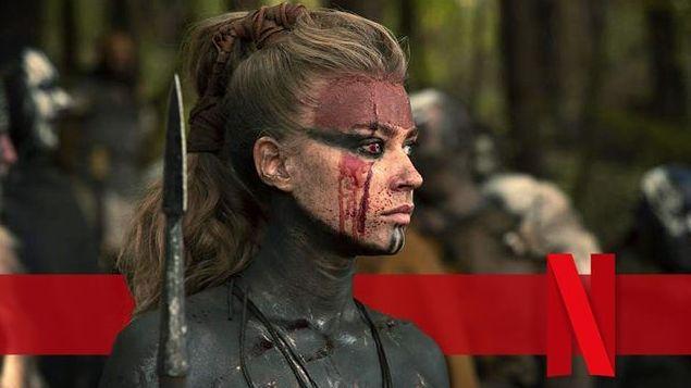 Frau mit Waffe und Blut und Kriegsbemalung im Gesicht