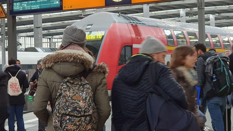 Fahrgäste am Münchner Hauptbahnhof versuchen sich zu orientieren, weil der Bahnverkehr nach dem Trafobrand durcheinander gekommen ist.