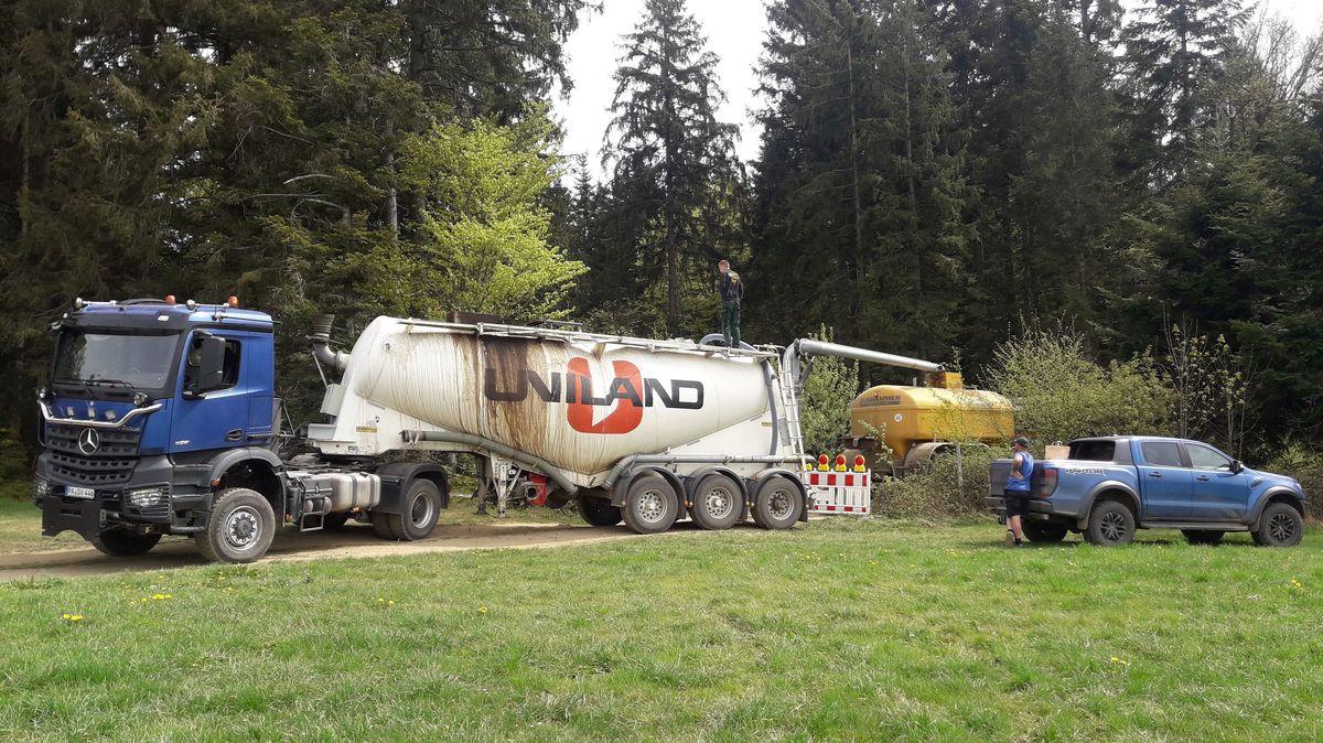 Ein Lkw steht im Wald und pumpt Gülle ab