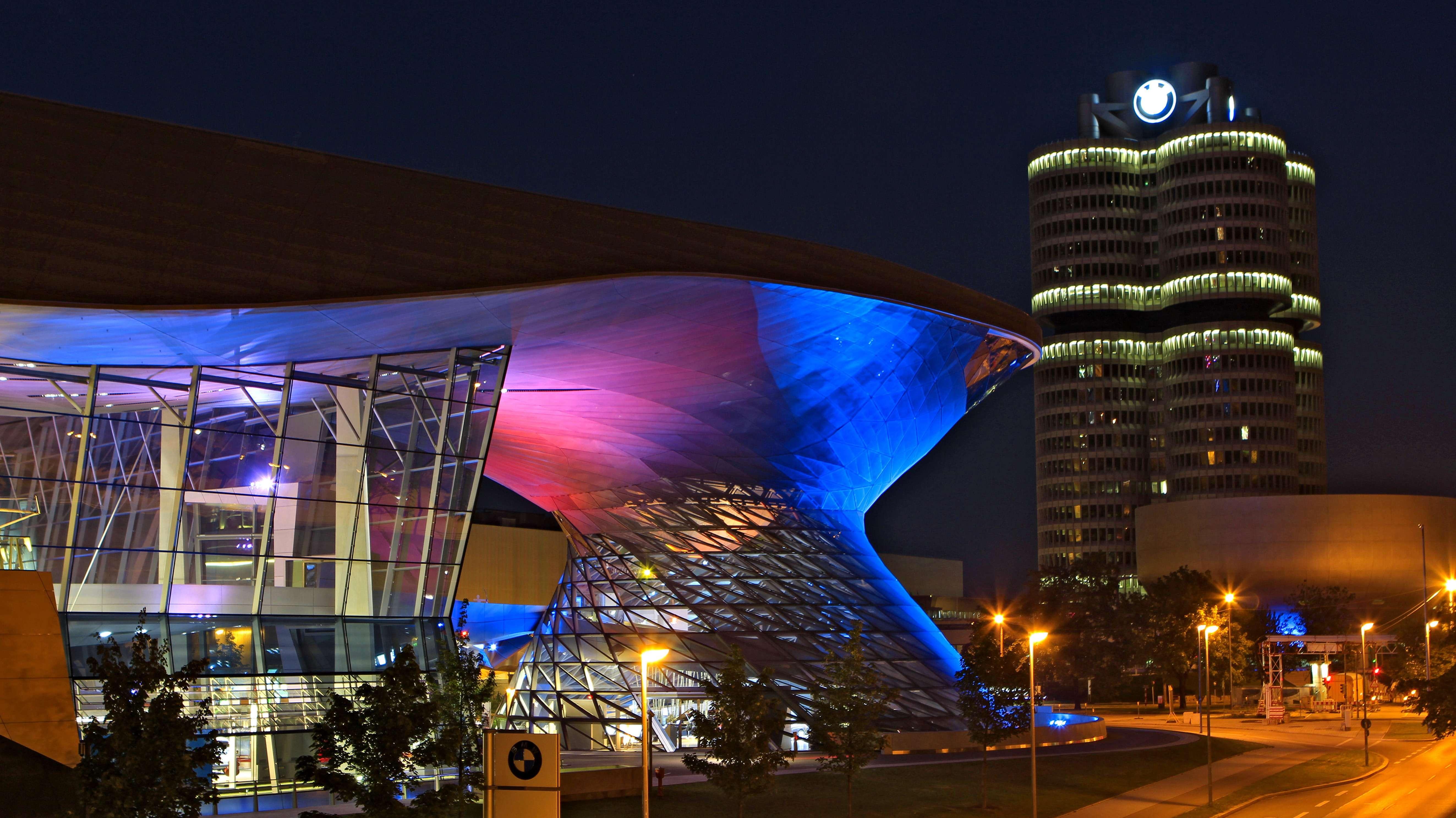 BMW Welt in München bei Nacht