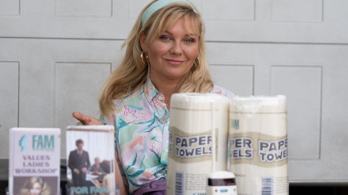 Krystal Stubbs vor einer Reihe von FAM-Haushaltsprodukten, die sie verkaufen will.