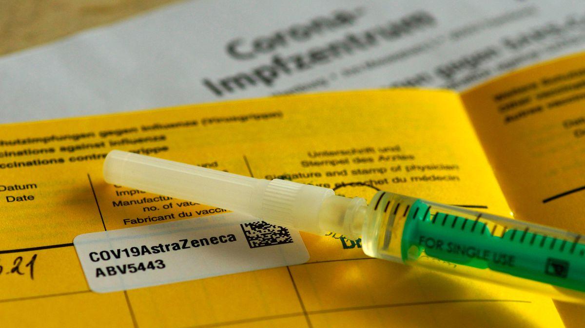 Impfpass und Spritze.