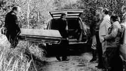 Die Leiche der Schülerin Ursula Herrmann wird in einem Zinksarg wegtransportiert (Archivfoto vom 04.10.1981). | Bild:picture-alliance/ dpa