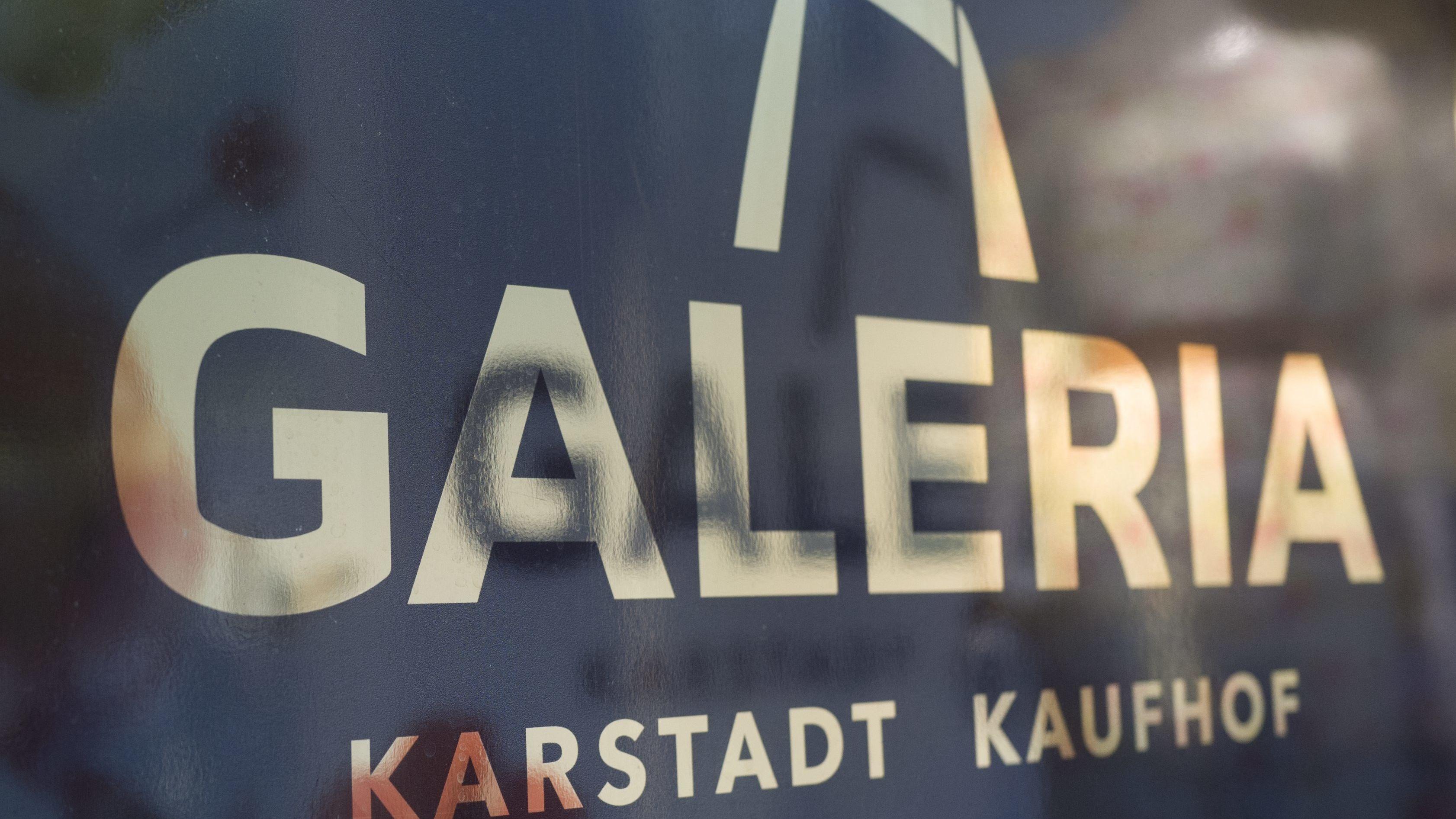 Nach monatelangen Verhandlungen haben sich die Gewerkschaft ver.di und das Management der Kaufhausketten Karstadt und Kaufhof auf einen Tarifvertrag verständigt.